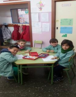 Niños de Infantil de 5 años B trabajando en el proyecto